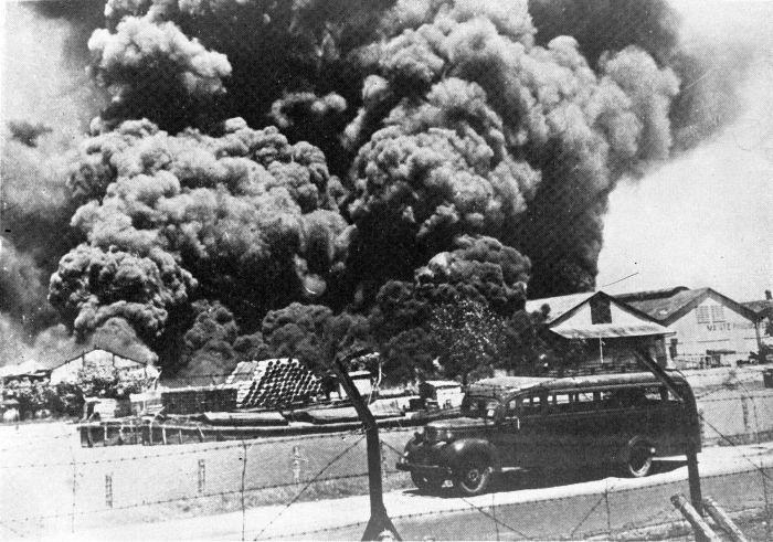 Голландско-индийская армия уничтожает военно-морские объекты в Сурабайе до высадки японцев.