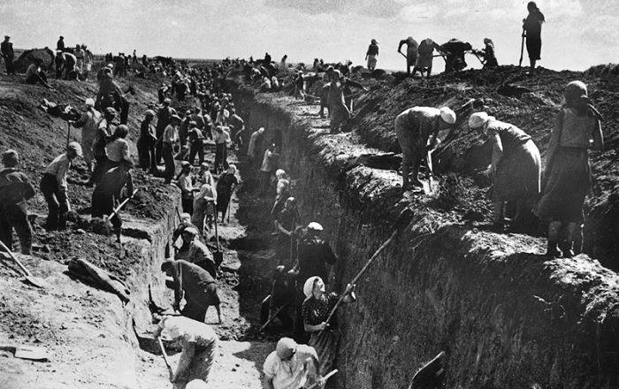 Жители Можайска роют противотанковый ров. Октябрь 1941 г.