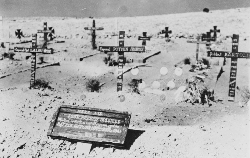 Могилы французских солдат войск «Свободной Франции», погибших в битве за Тобрук. 26 января 1941 г.