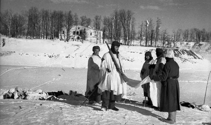 Немцы собирают сброшенные с самолетов припасы. Холм, 1942 г.