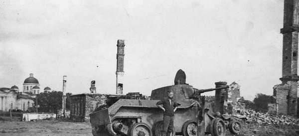 Брошенный советский танк. Август 1941 г.
