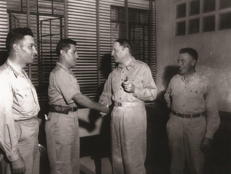 Американский генерал Дуглас Макартур награждает мексиканских пилотов.1943 г.
