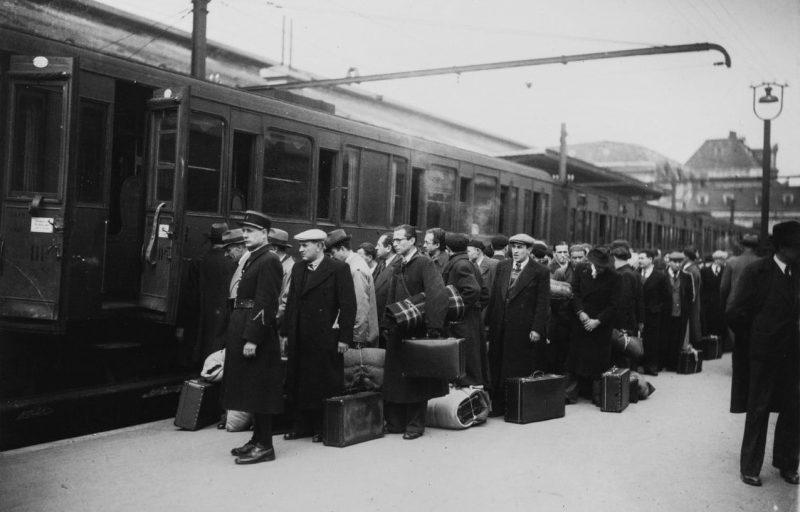 Французские евреи на станции Аустерлиц, в ходе депортации из оккупированного Парижа. 13 мая 1941 г.