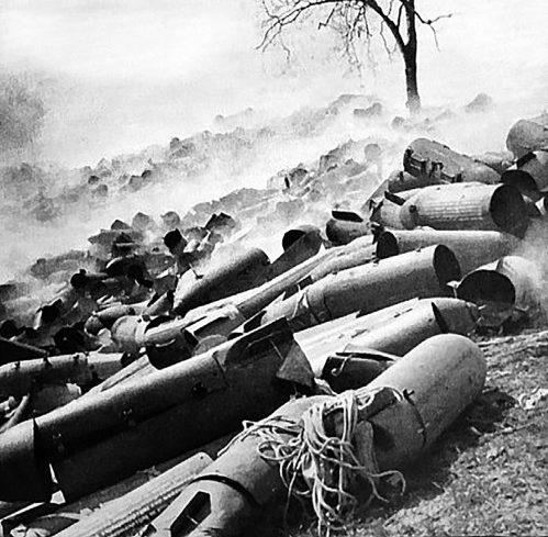 Опустошенные контейнеры, сбрасываемые с парашютами. Холм, 1942 г.