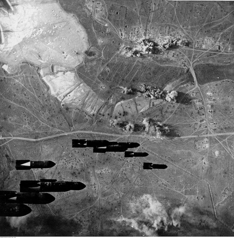 Немецкая бомбардировка у города Керчь.