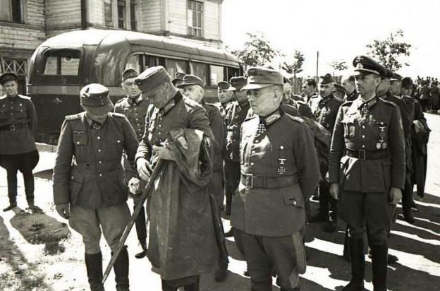 Немецких генералов к месту шествия свозили на автобусах.