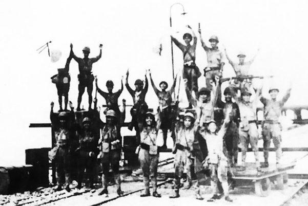 Японская 2-я дивизия празднует высадку в Мераке. Ява, 1 марта 1942 г.
