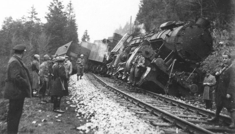 Итальянские солдаты у поезда, пущенного под откос югославскими партизанами на перегоне Делнице-Огулин. Июнь 1942 г.
