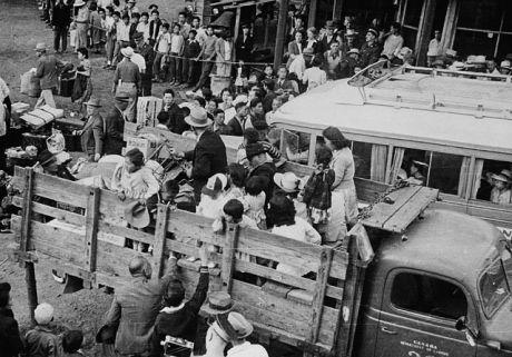 Отправка японцев в лагеря.