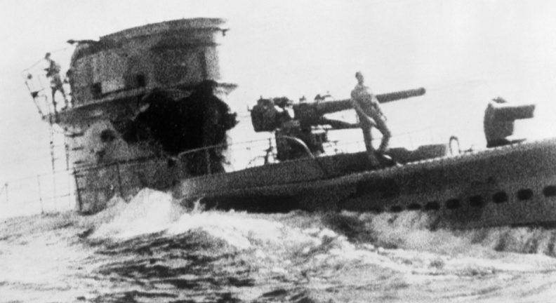 Итальянская подлодка «Кобальто» тонет, поврежденная огнем британского эсминца. Август 1942 г.