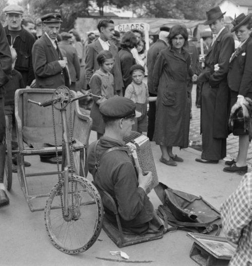 Уличные инвалиды-музыканты на блошином рынке в оккупированном Париже. Май 1941 г.