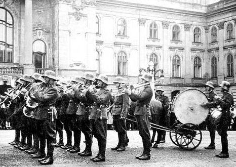 Военный оркестр во дворе королевского дворца. Будапешт 1939 г.
