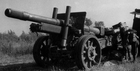 Итальянские солдаты у трофейной советской 152-мм пушки с трактором. Лето 1942 г.