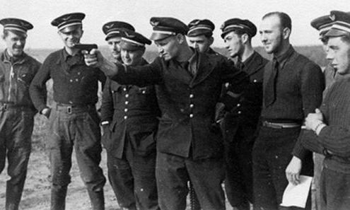 Члены эскадрильи SPA 160 упражняются в стрельбе. Осень 1939 г.