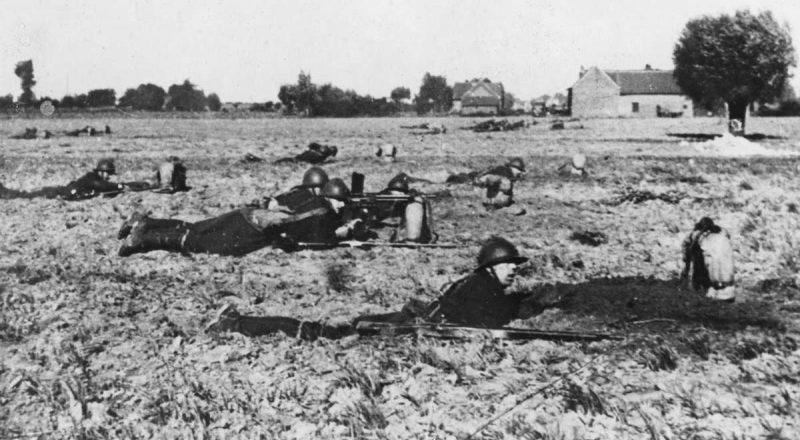 Французские солдаты роют окопы во время учений. Осень 1939 г.