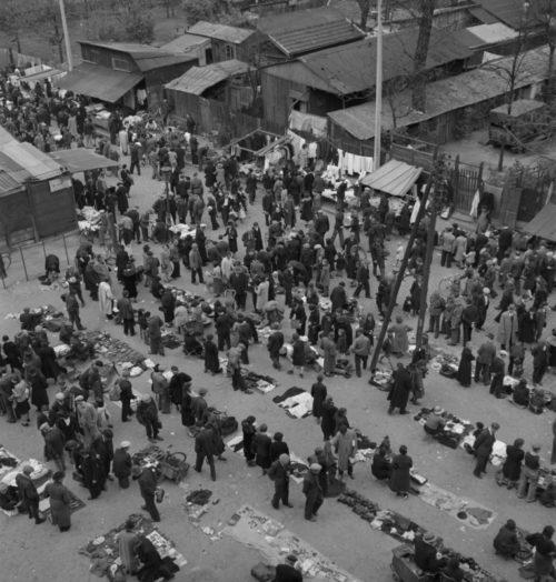 Блошиный рынок на Порт-де-Клиньянкур в оккупированном Париже. Май 1941 г.