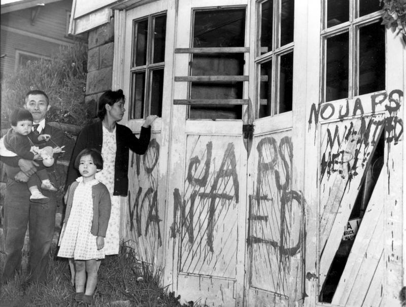 Японская семья возвратилась домой из лагеря. В их доме выбиты стекла, стены исписаны текстами антияпонского содержания: «Япошки здесь не нужны».