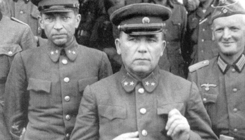 Пленение командующего 12-й армией генерал-майора П.Г. Понеделина (в центре) и командира 13-го стрелкового корпуса 12-й армии генерал-майора Н.К. Кириллова. Район Умани, август 1941 года.