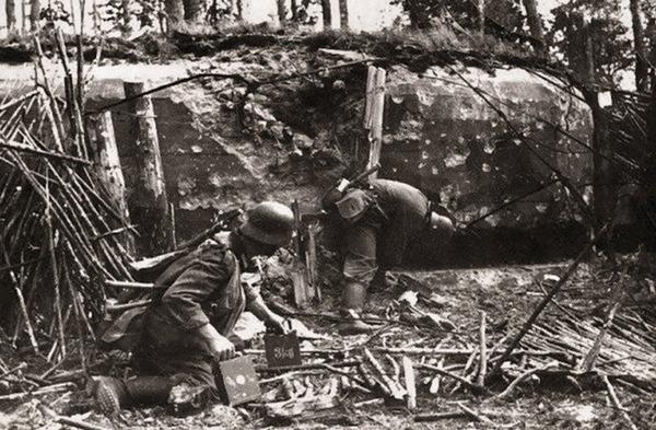 Немецкие саперы закладывают взрывчатку в советский ДОТ. Июнь 1941 г.