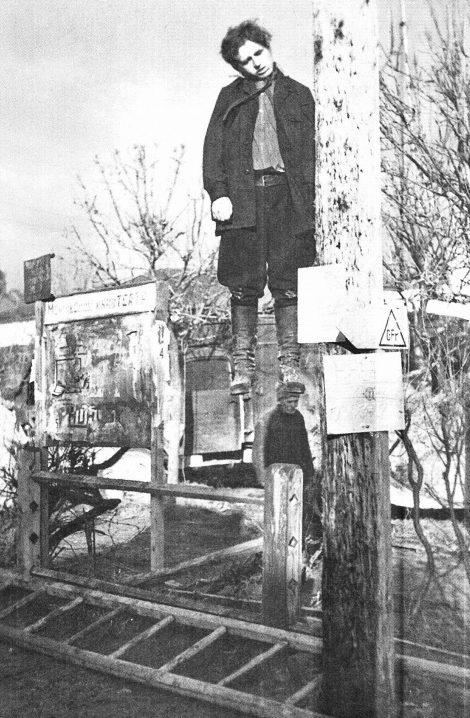 Партизан, повешенный на столбе в городе Можайске. Октябрь 1941 г.
