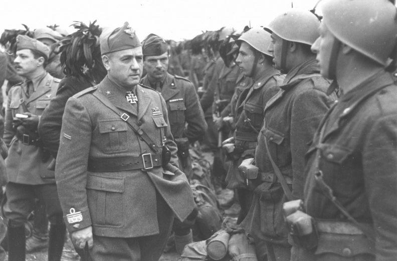 Командующий Экспедиционного итальянского корпуса в России генерал Джованни Мессе у строя солдат во время смотра. Лето 1942 г.