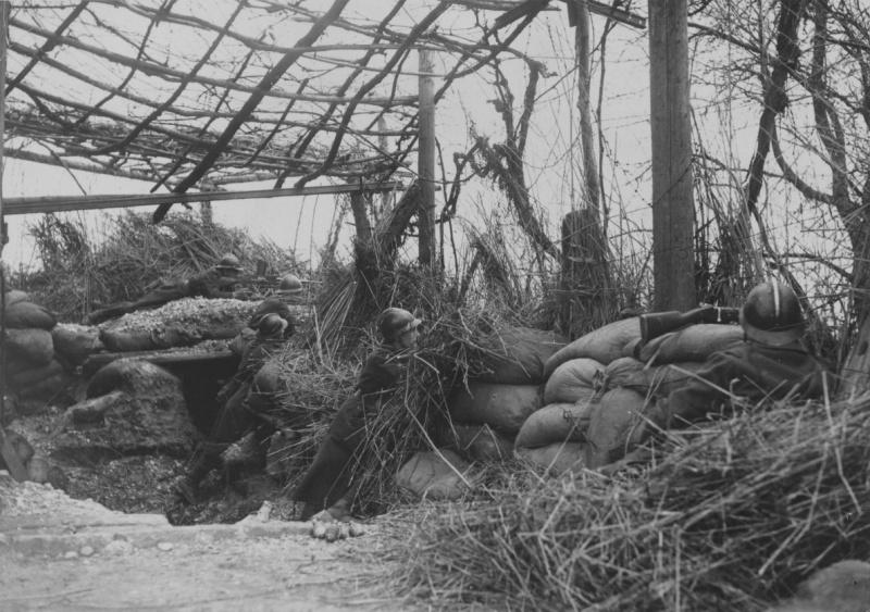 Пятеро французских солдат на позиции на Западном фронте. Осень 1939 г.