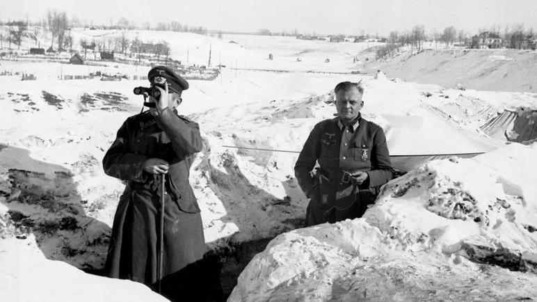 Немецкие офицеры у блиндажа. Январь 1942 г.