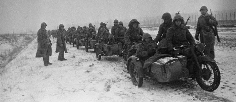 Колонна советских мотоциклистов на шоссе на Можайском направлении. Октябрь 1941 г.