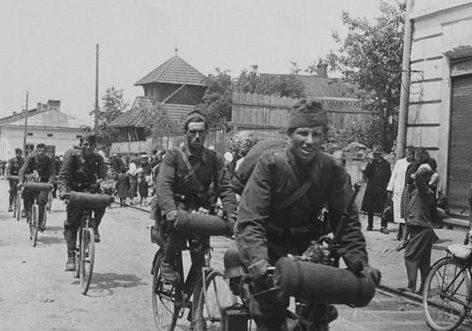 Венгерские солдаты–велосипедисты. 1939 г.