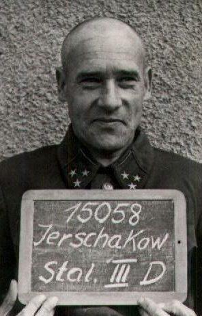 Генерал-лейтенант Ершаков Ф.А. в офицерском концлагере без видимых следов ранения. Судя по фото, немцы не унижали советских генералов, и генеральские петлицы не срывали с униформы.