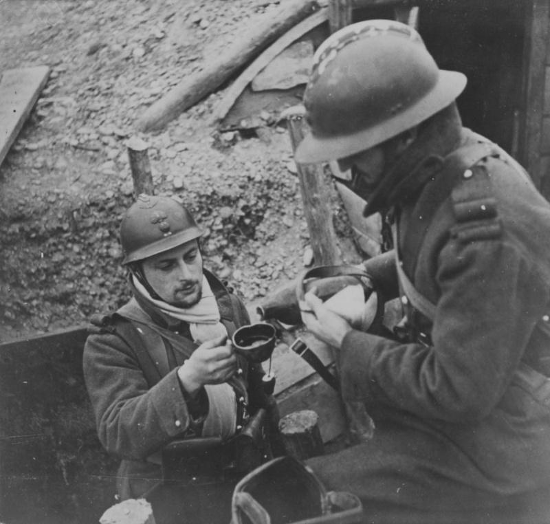 Французы в окопе на Западном фронте. Осень 1939 г.