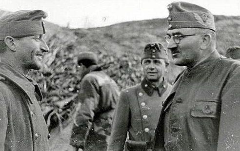 Генерал-полковник Каролий Берегфи с венгерским солдатом во время инспекционной поездки по Восточному фронту. 1944 г.
