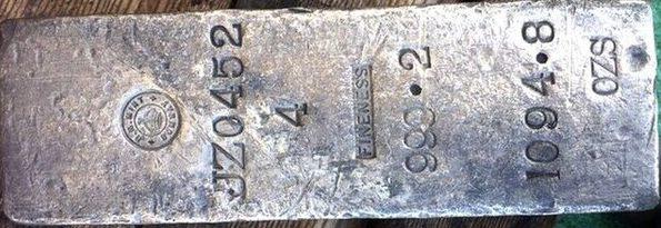 Отмытый слиток поднятого серебра.