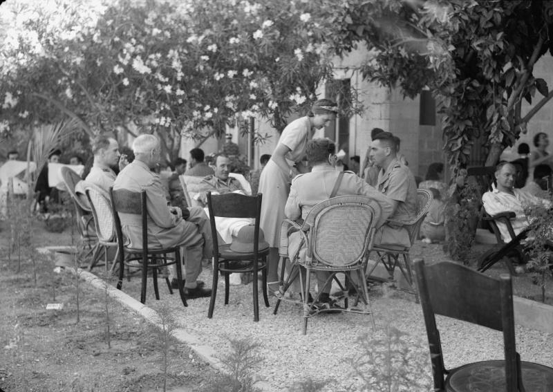 Выздоравливающие раненые офицеры сил «Свободной Франции» в госпитале в Вифлееме. 14 июля 1941 г.
