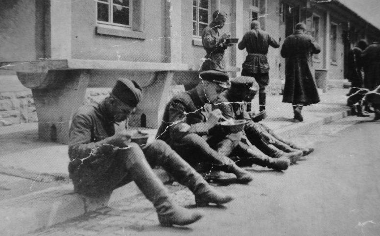 Пленные офицеры Красной Армии в лагере «Oflag 62» в Хаммельбурге.