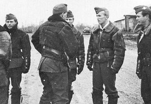 Венгерские пилоты на аэродроме. Март 1944 г.