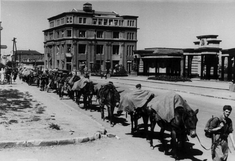 Итальянские солдаты в оккупированном Ворошиловграде. Лето 1942 г.