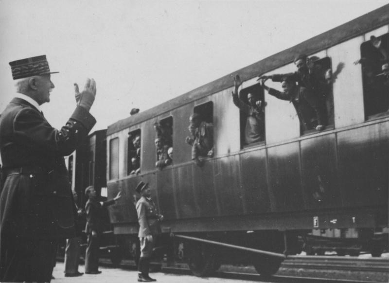 Маршал Анри-Филипп Петэн приветствует французских солдат, освобожденных из плена в Германии, на вокзале французского города Руан. Август 1941 г.