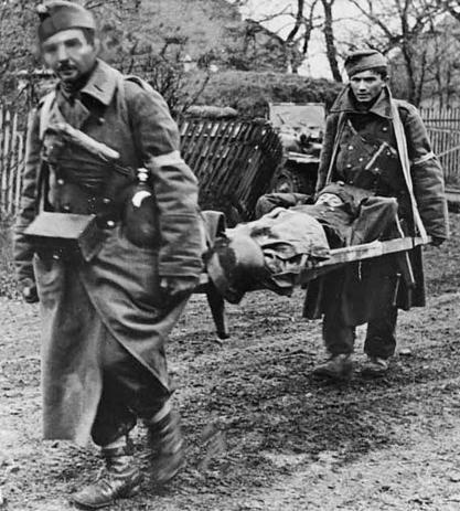 Эвакуация раненого на берегу реки Днестр. Весна 1944 г.