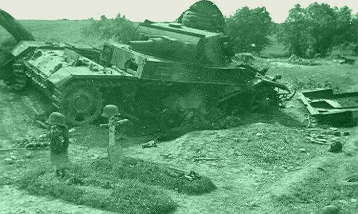 Подбитый немецкий танк. 30 июня 1941 г.