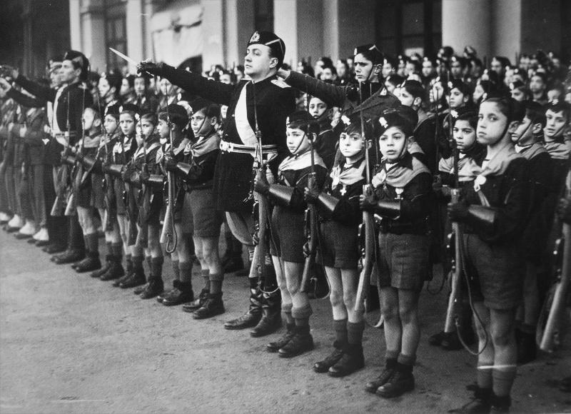 Дети из итальянской молодежной фашисткой организации «Итальянская ликторская молодежь» приветствующие премьер-министра Великобритании Чемберлена во время его визита в Рим. Январь 1939 г.