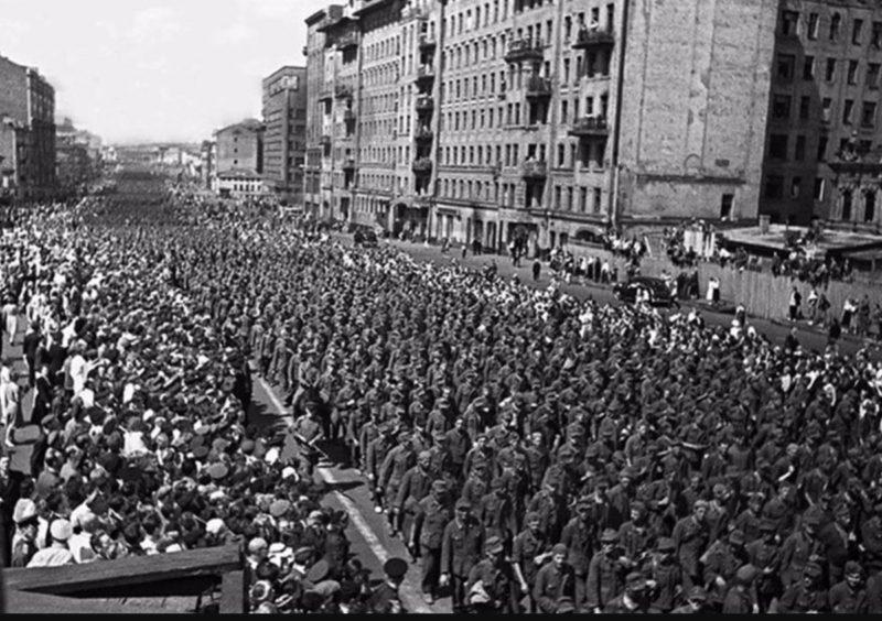 Колонны пленных немецких солдат на Садовом кольце.