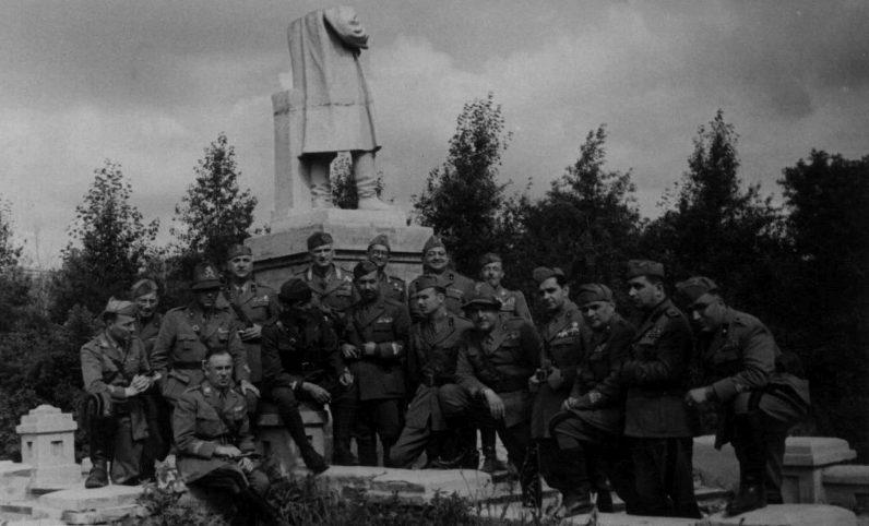 Итальянцы у разбитого монумента Сталину на станции Ясиноватая Сталинской области. Лето 1942 г.