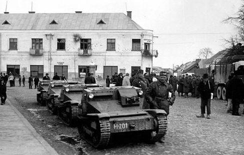 Венгерские танкетки в чехословацком городе Хуст в Карпатской Украине. 1940 г.