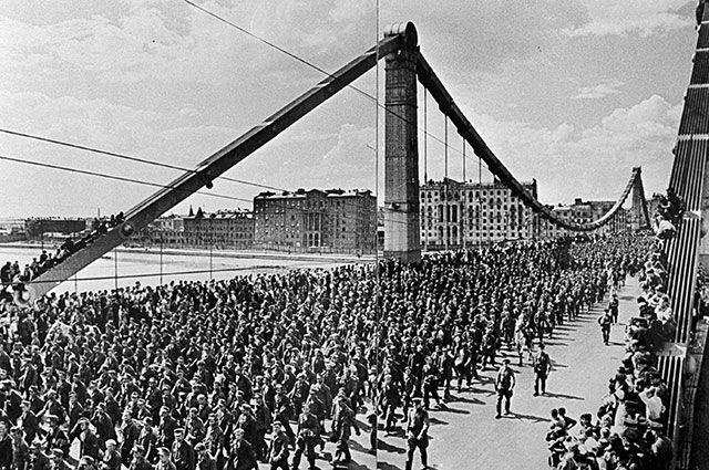 Бесконечные колонны пленных на мосту.