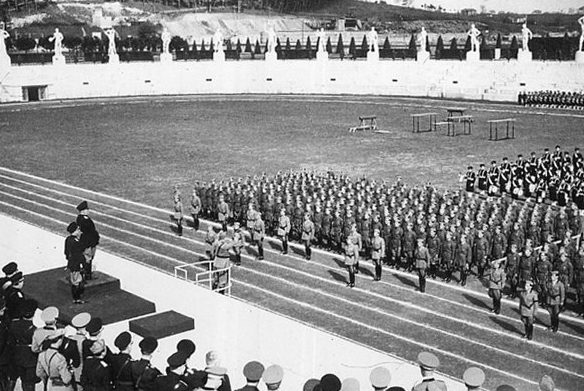 Бенито Муссолини на военном параде. Рим, 1939 г.