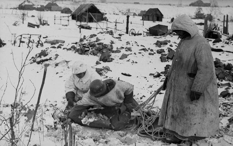 Сбор припасов, сброшенных с самолетов в «котле». Февраль 1942 г.