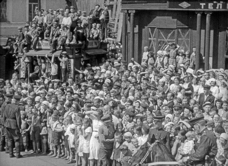 Москвичи на улицах, рассматривают пленных.