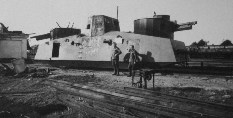 Немецкие солдаты у захваченного броневагона Д-2 на станции Полоцк. Июль 1941 г.