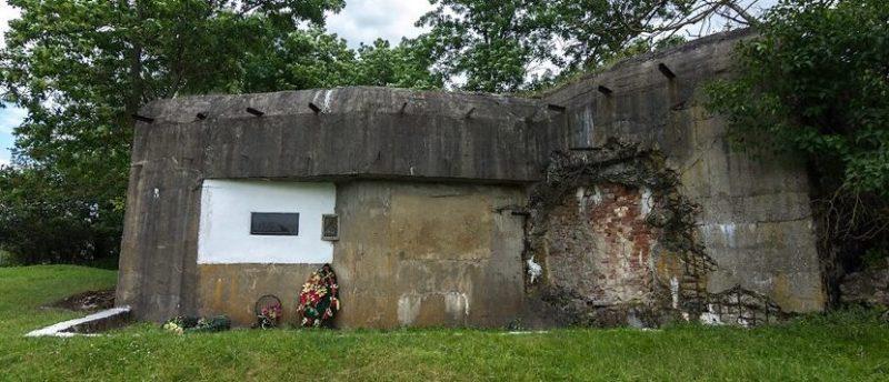 ДОТ №45 между деревнями Орля и Огородники (снаружи и внутри).